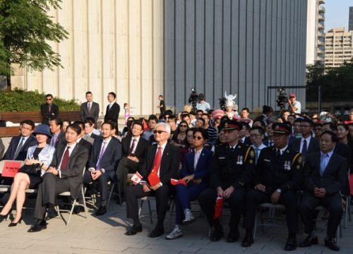 中华人民共和国建国68周年国庆升旗仪式在多伦多市政厅广场举行